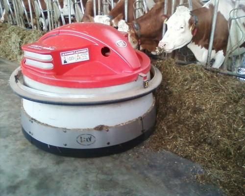 Slika 6. - Robot za prigrtanje hrane u radu